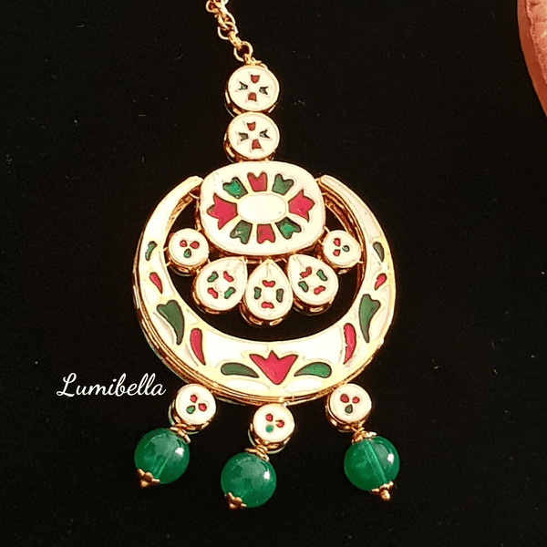 Round Kundan Maang Tikka With Green Beads