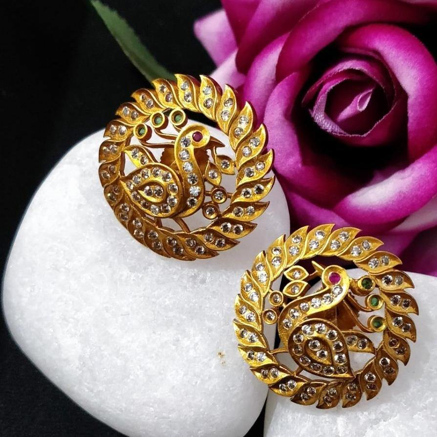 Gold circle shaped ear stud