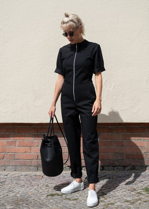 Tanger Zip Up Jumpsuit Navy Black - Corvera Vargas berlin bewusste Modemarke. Tanger Zip Up Jumpsuit Navy Black für Frauen.