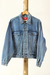 DETAILS :  Description - Vintage Wrangler Denim Jacket Rework in blue with custom dyed + patched denim design Colour - Blue Denim Size - Mens S Brand - Wrangler  What it's made of - 100% Cotton Vagabond Reworked piece - Vintage Wrangler Denim Jacket in blue, Reworked back panel with custom dyed + patched design made from repurposed denim clothing that was deconstructed & reconstructed into this one of a kind design.