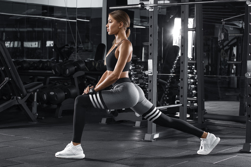lunges vs squats: Woman doing lunges at the gym