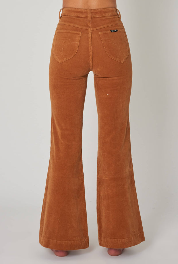 ROLLA'S EASTCOAST FLARE - TAN CORD  The Rolla's Eastcoast Flares are now available in Tan Cord. Giving us major 70's vibes, the Eastcoast Flares are fitted with a high rise waistline, five classic pockets, signature 'Rolla's' pockets and branding tag, finished with flared legs and straight-cut hems. Crafted using Cotton and Eastane, The Rolla's Eastcoast Flares are soft to the touch, fitted and flattering, team them back with boots and a tee for a classic look.