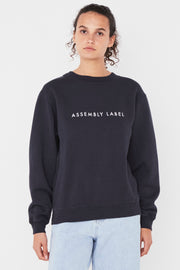 ASSEMBLY LABEL LOGO FLEECE  The Assembly Label Logo Fleece is a cult favourite slogan crew perfect for the cooler months. The Logo Fleece features a relaxed fit, with a ribbed crew neckline, and signature 'Assembly Label' printing across the front chest, finishing with ribbed sleeve cuffs.