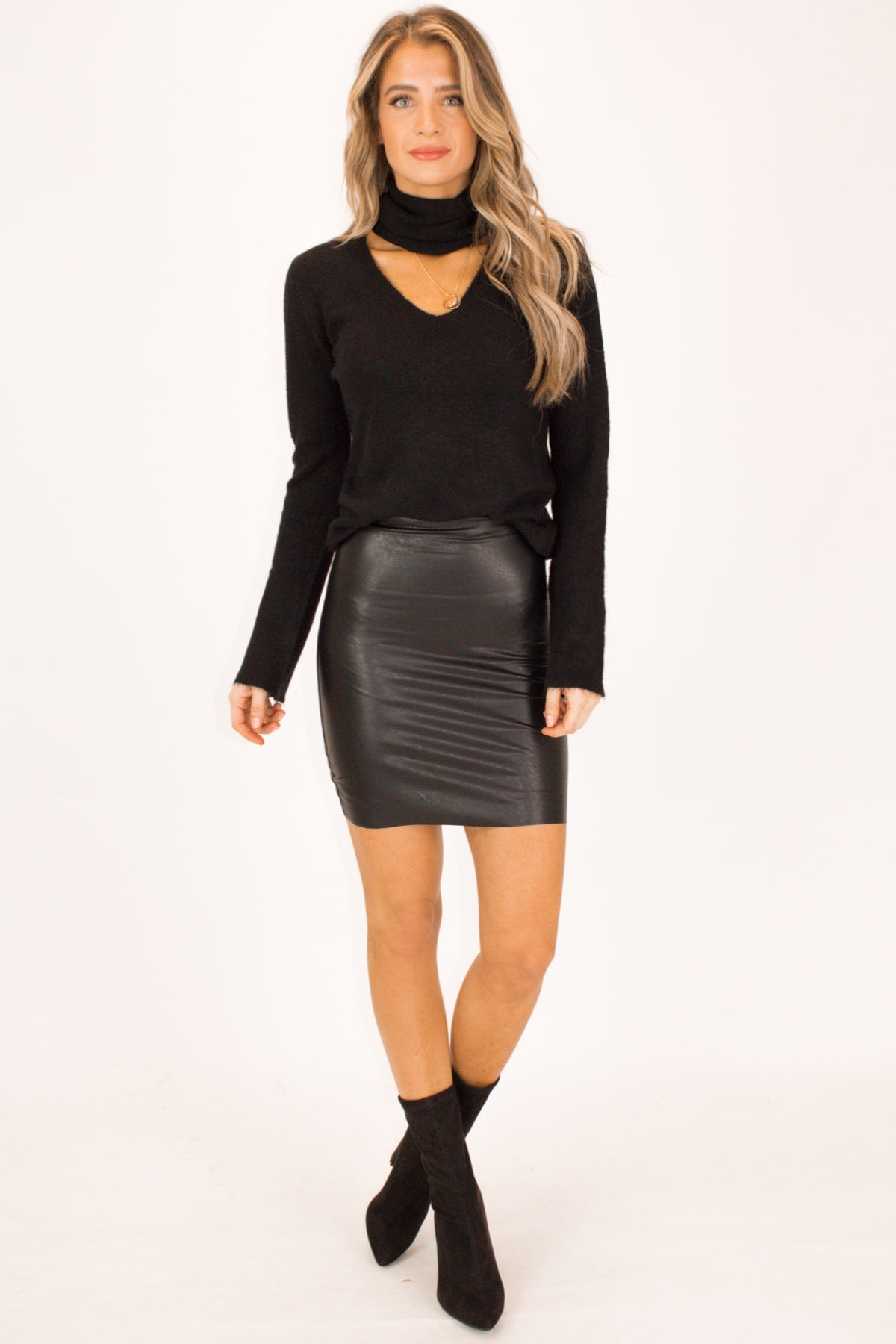 FUZZY DETACHABLE CHOKER SWEATER IN BLACK