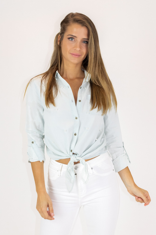 LIGHT DENIM PEARL BUTTON DOWN