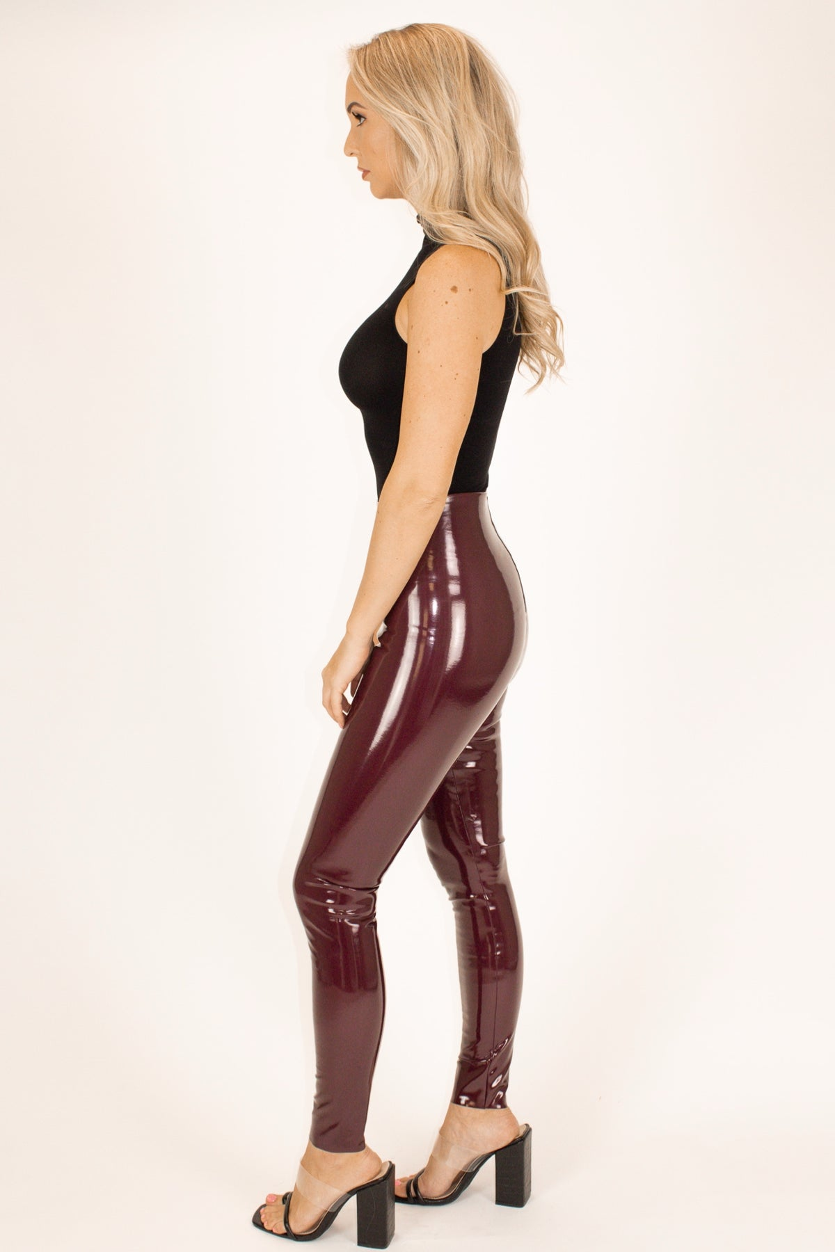 COMMANDO CONTROL FAUX PATENT LEATHER LEGGINGS IN BURGUNDY