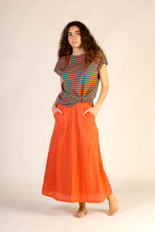Long skirt, pleated. Coral colour