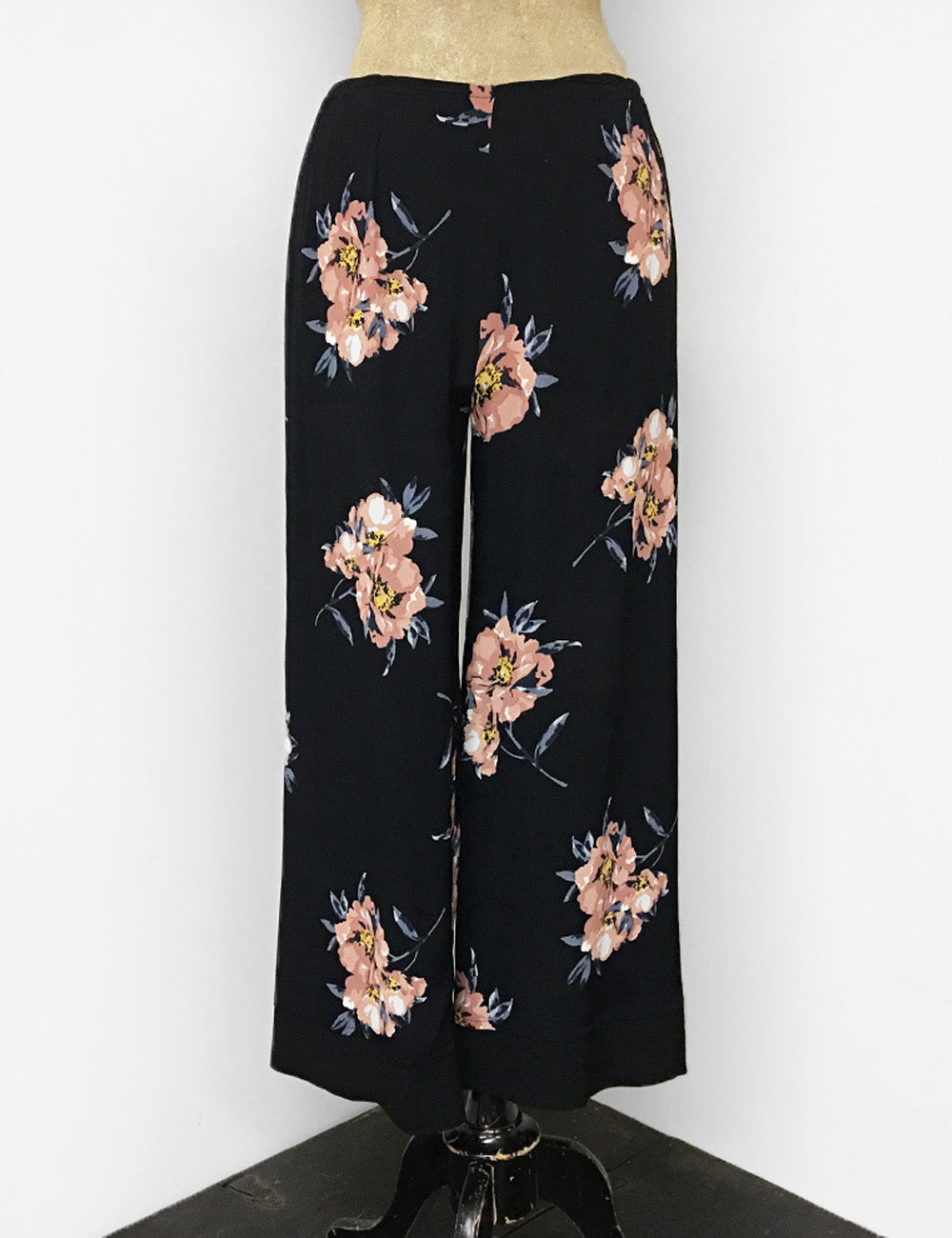 Black & Peach Dogwood Floral Louise Lounge Capri Flood Pants