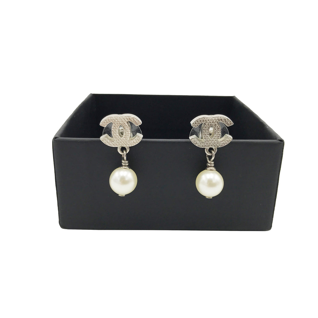 29be08423 Chanel Classic Silver CC Pearl Drop Earrings – LUXE PRELOVED