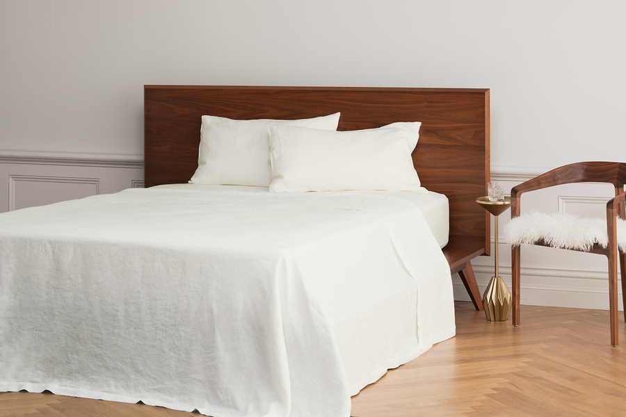 ISE sustainable natural white GOTS organic Belgian linen bed linen sheet set with flat sheet fitted sheet and two pillowcases.