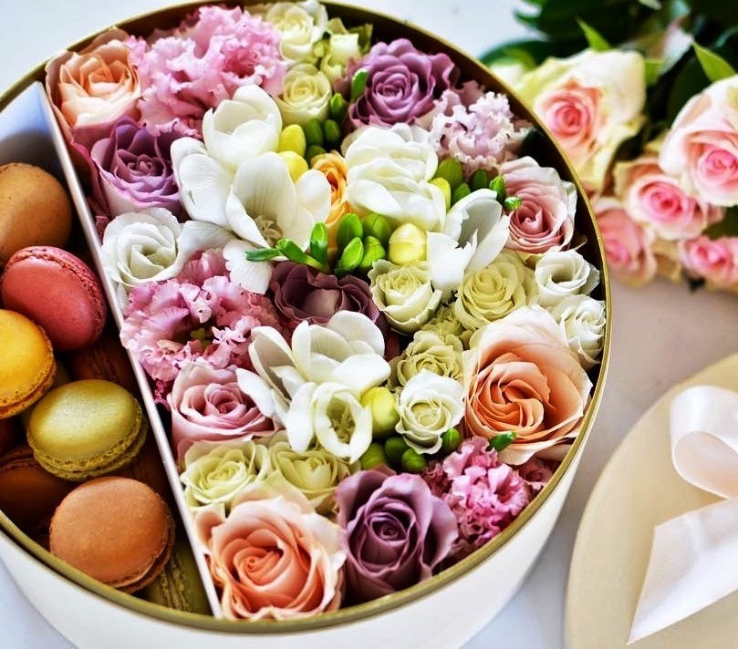 Deluxe flowers & macarons gift box