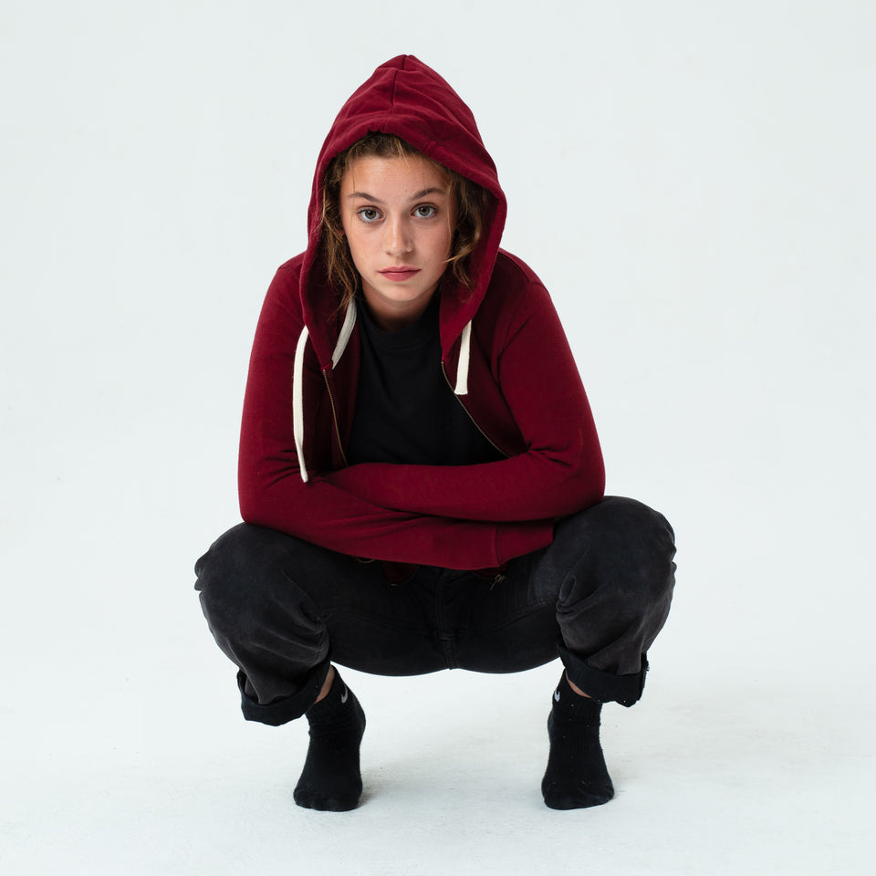 Leia - la base burgundy zipped hoodie in organic coton worn by Mara Taquin in a comfortable way