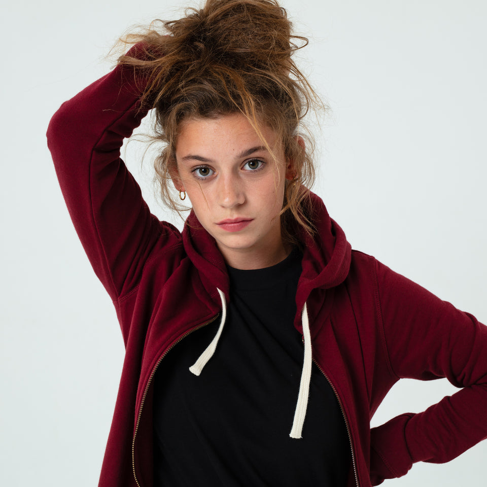 Leia - la base burgundy zipped hoodie in organic coton worn by Mara Taquin in close up