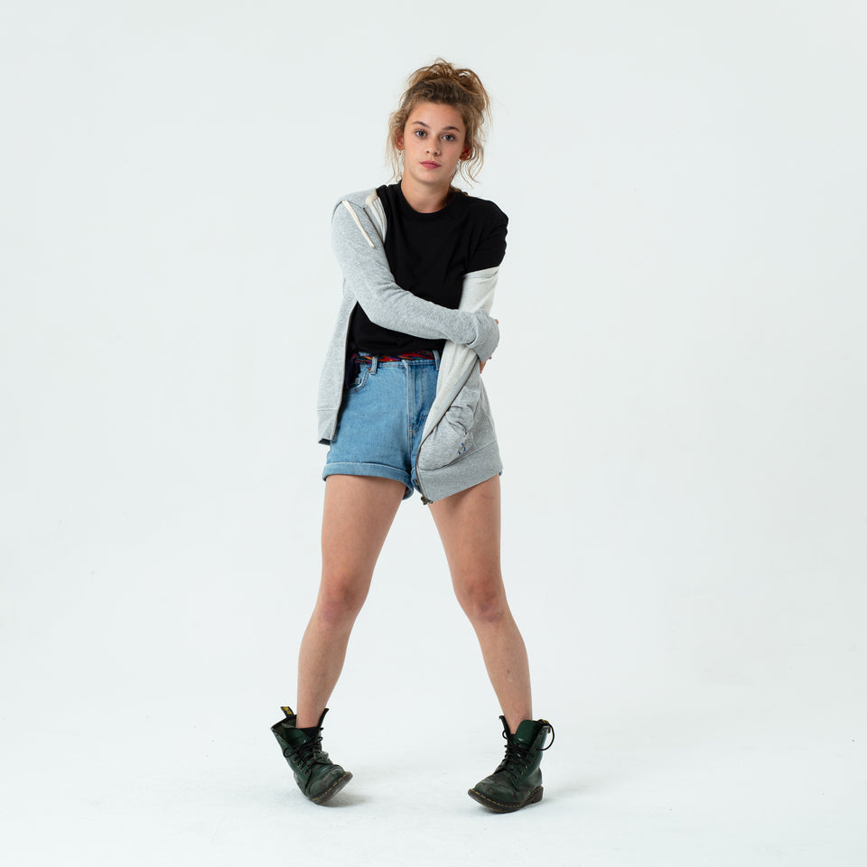 Leia - la base heather-grey zipped hoodie in organic coton worn by Mara Taquin in a comfortable way