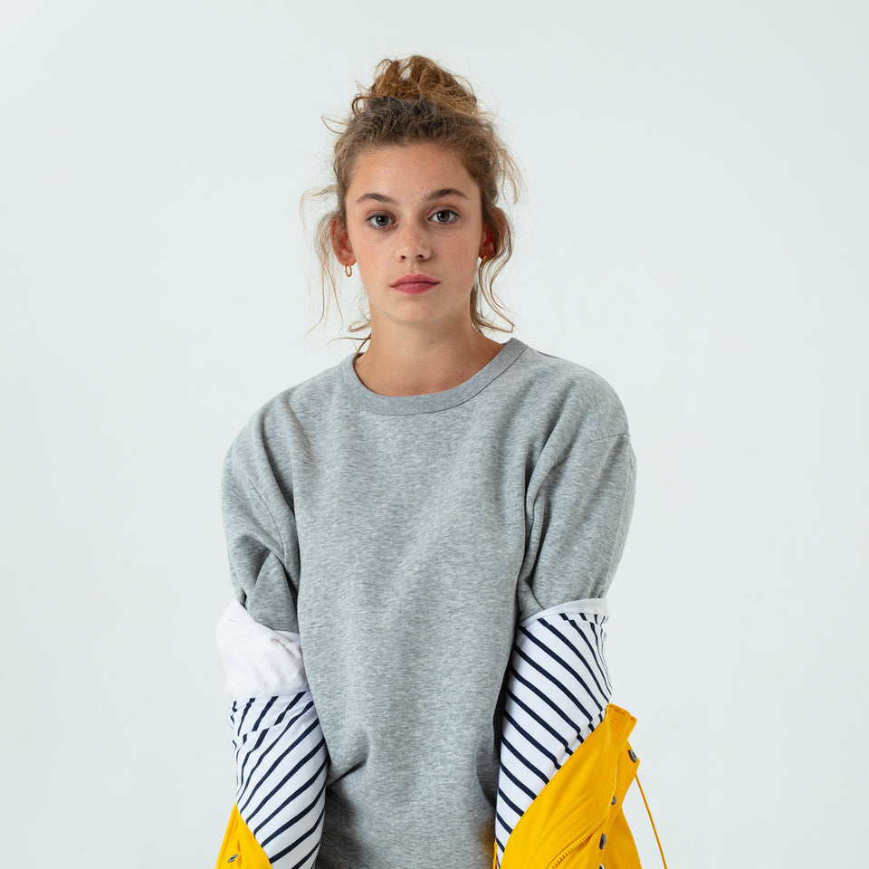 Marty - la base heather-grey usinex softest sweat in organic coton for women and men worn by Mara Taquin