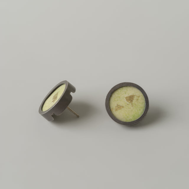 Enamel circle stud earrings pale green/gold leaf