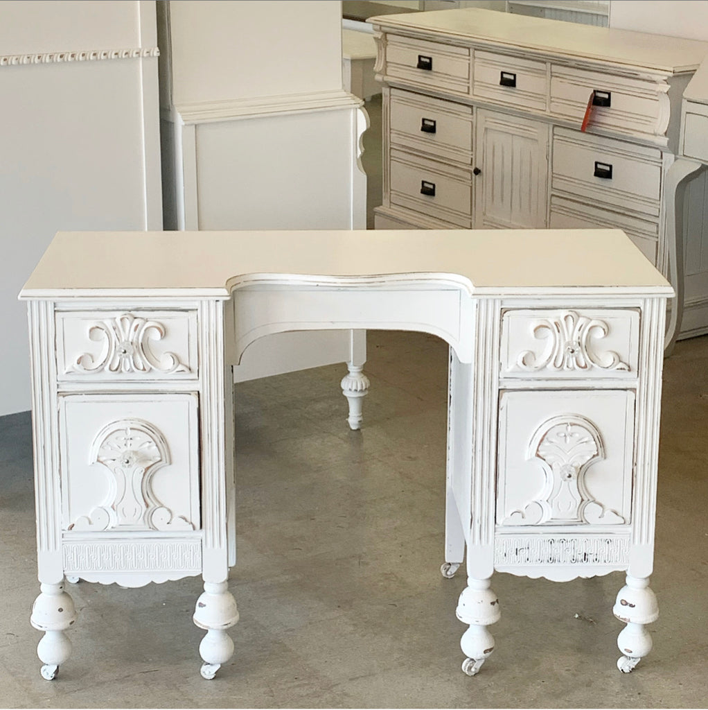 4-Drawer Vanity Table
