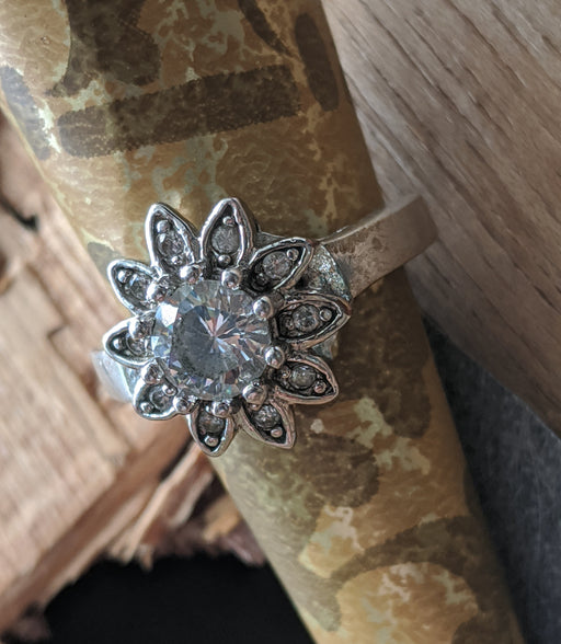 Flower rhinestone ring sz 5.5