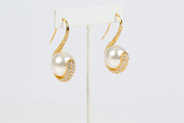 A delicate yet sturdy frame in 18K gold plating give the earrings the appearance of a graceful swan.
