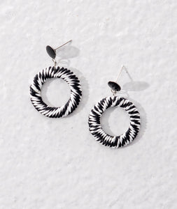 Monochrome earrings made of raffia wrapped around metal rings. Sustainable natural materials used.
