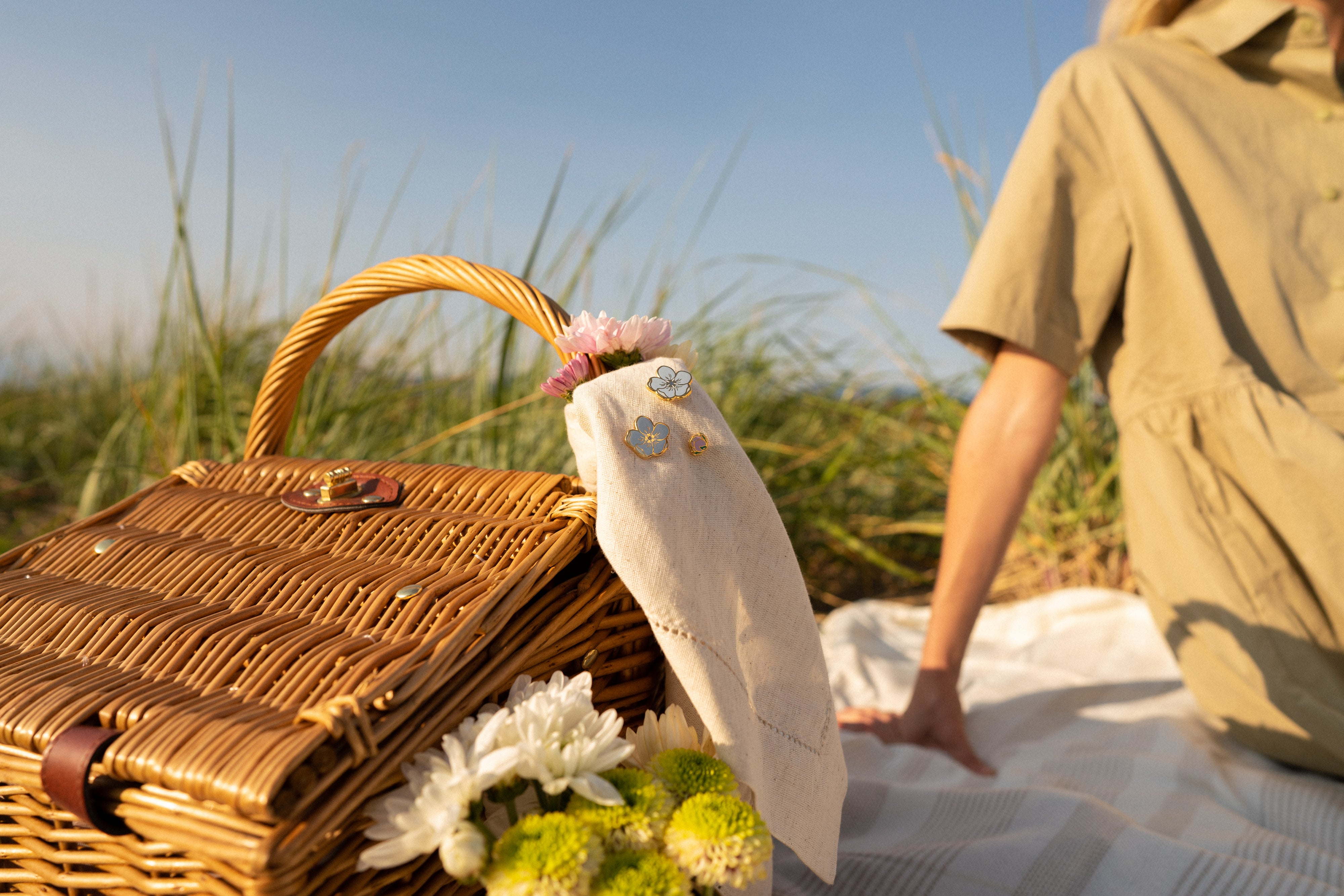 picnic basket with forget me not pins
