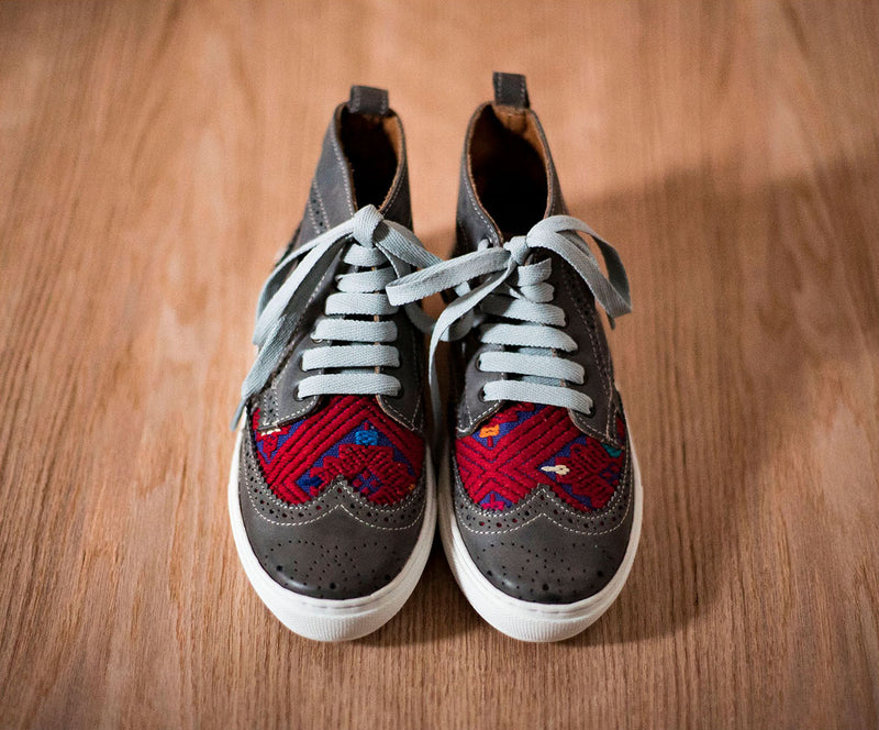 Gray leather pots with blue and red textile - TOCO MADERA - Handcraft shoe from Mexico - Handmade shoe