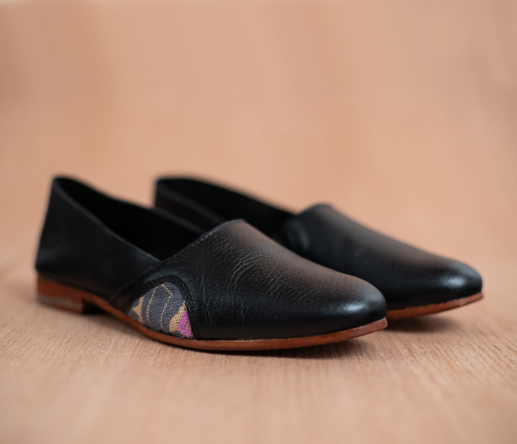 Woman slippers in black leather with cream and gray textile - TOCO MADERA - Handcraft shoe from Mexico - Handmade shoe