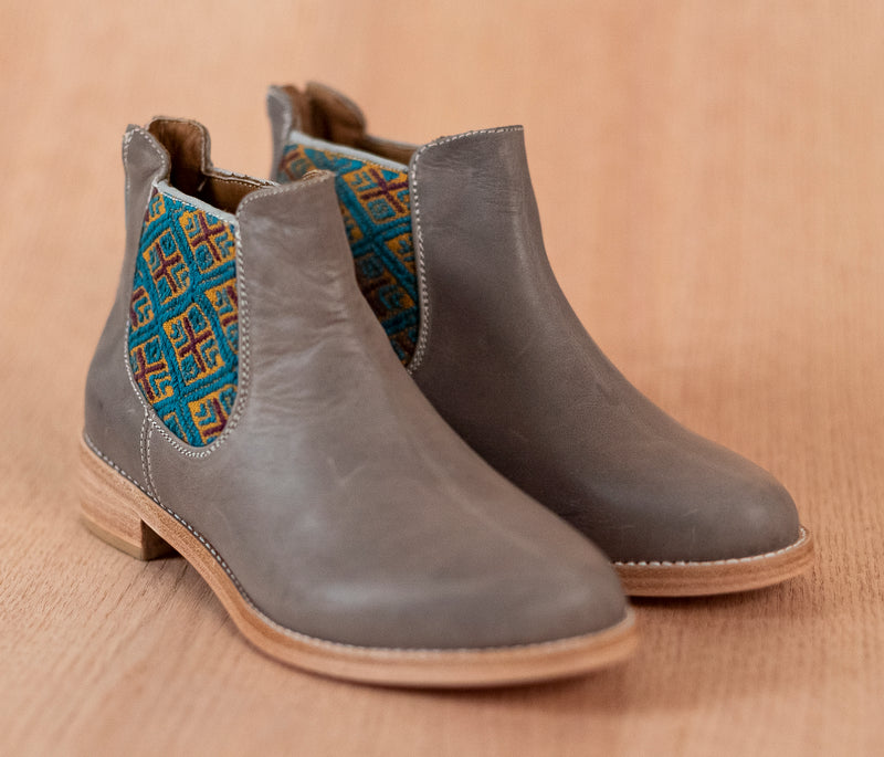 Gray leather woman thunders with gold and blue textile - TOCO MADERA - Handcraft shoe from Mexico - Handmade shoe