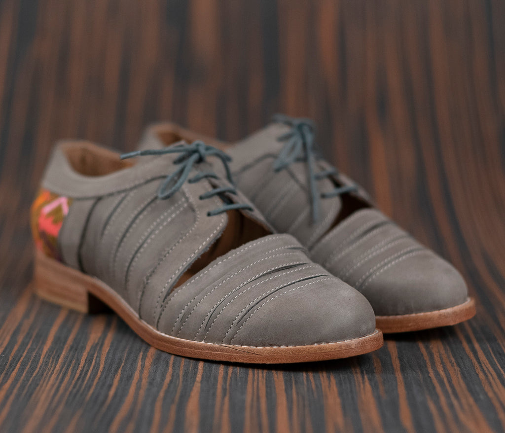 Gray leather chachareros with pink and green textile - TOCO MADERA - Handcraft shoe from Mexico - Handmade shoe
