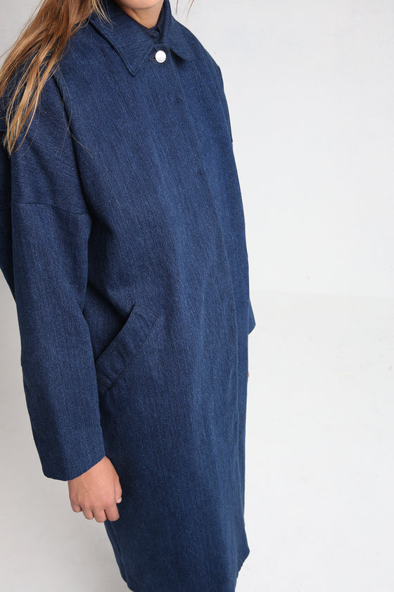 MAGNOLIA long denim coat close-up