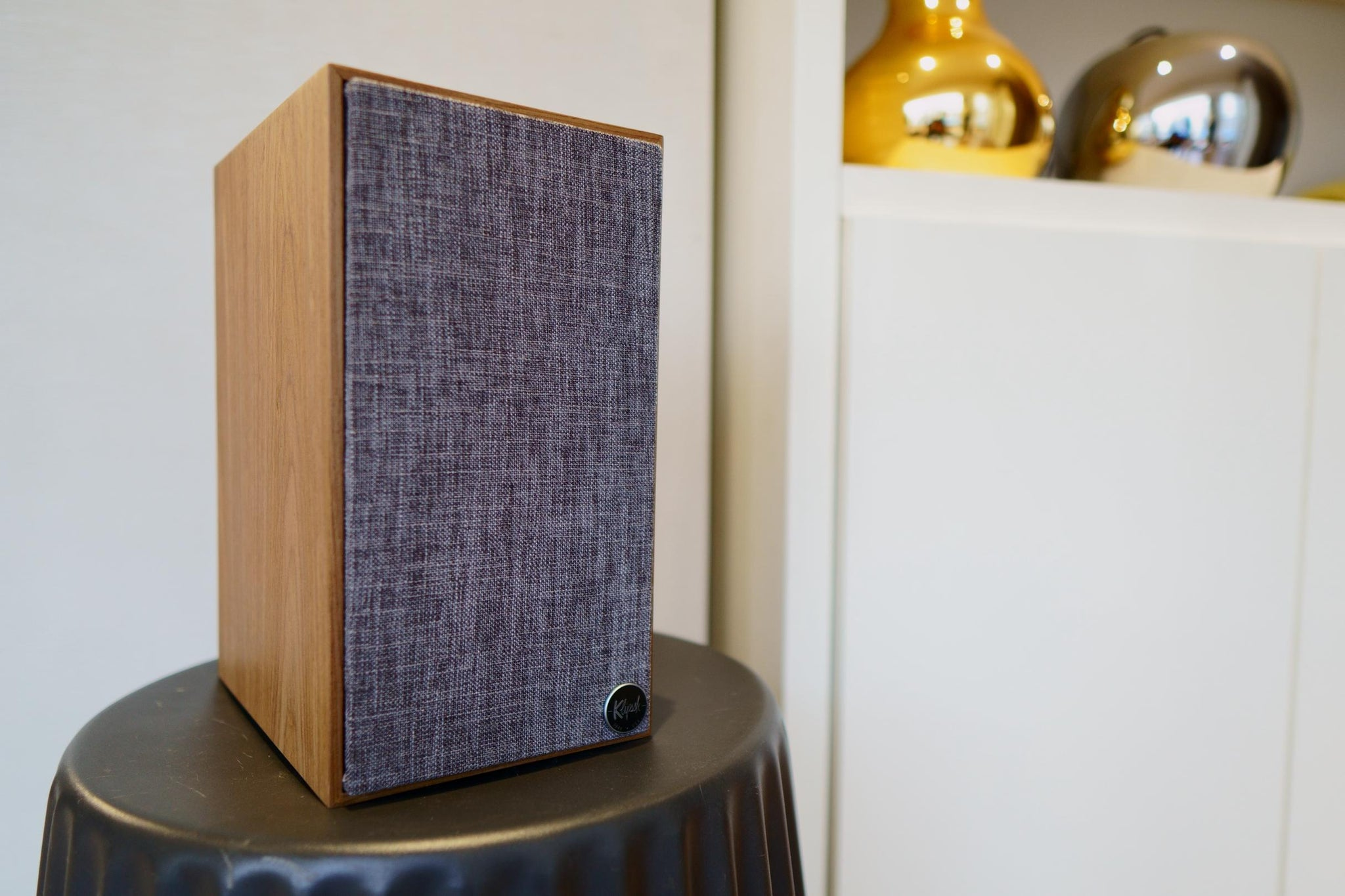 Klipsch The Fives active bookshelf speaker with magnetic grey grill on.