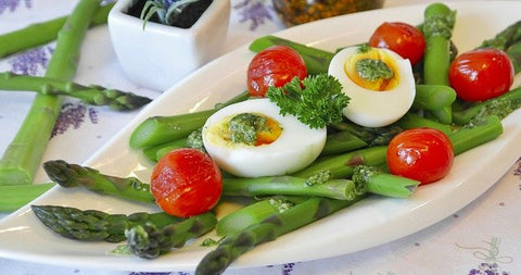 low carb meal of eggs, asparagus, and tomatoes