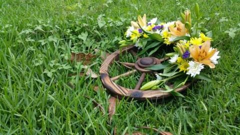 How to Make a Wagon Wheel Wreath Steps