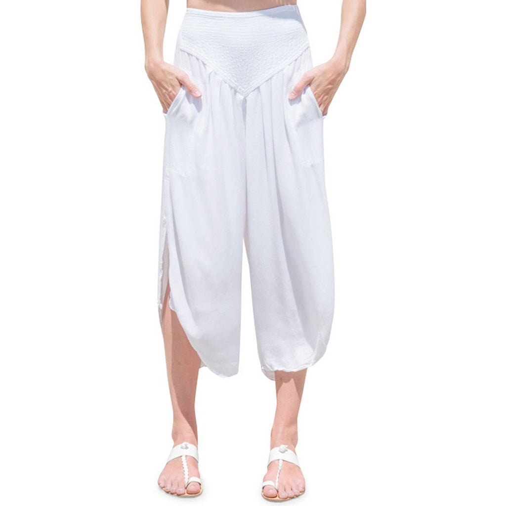 White Capri pants with pockets. Front view.