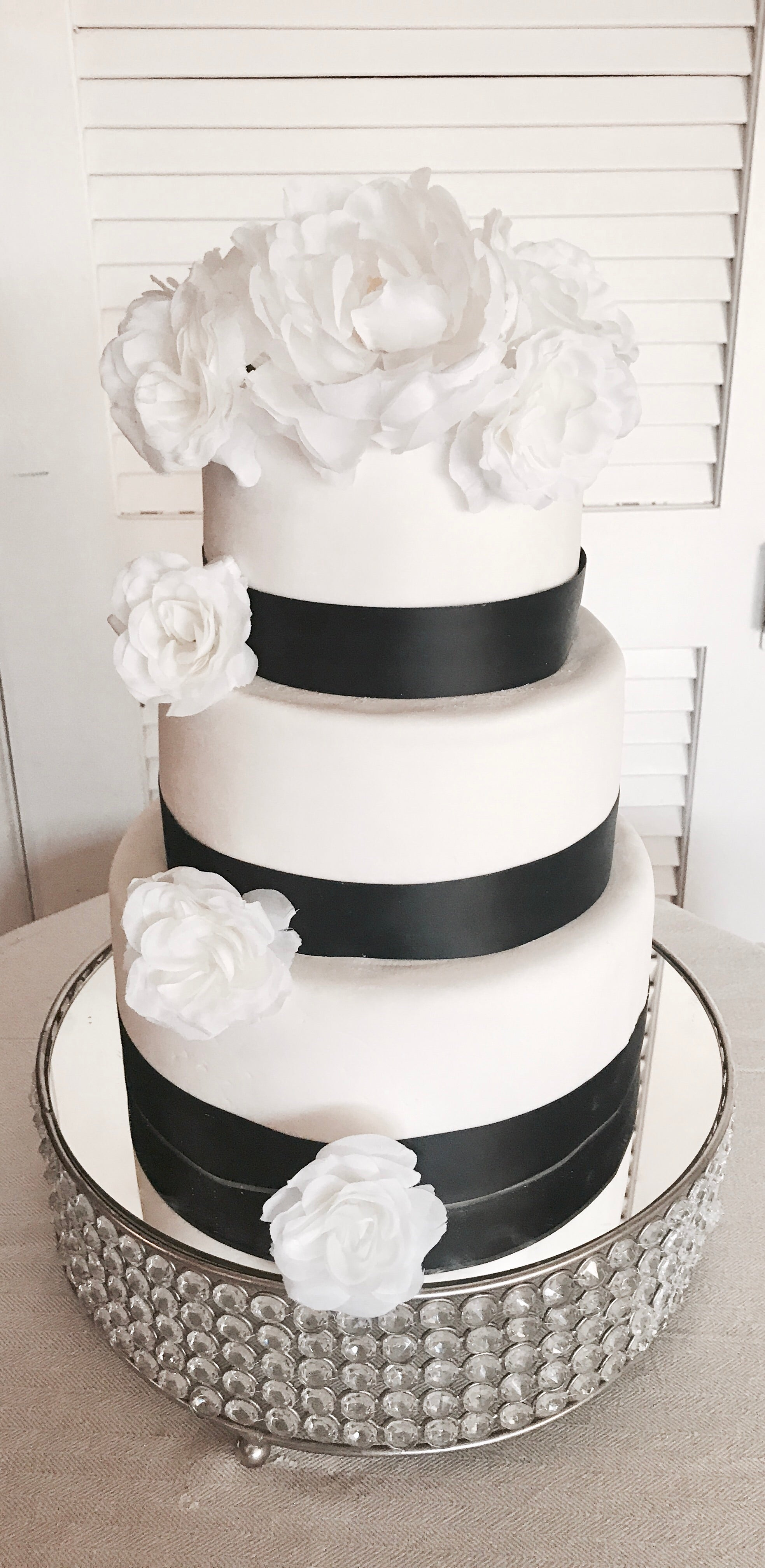 WEDDING CAKE BLACK & WHITE FLORAL