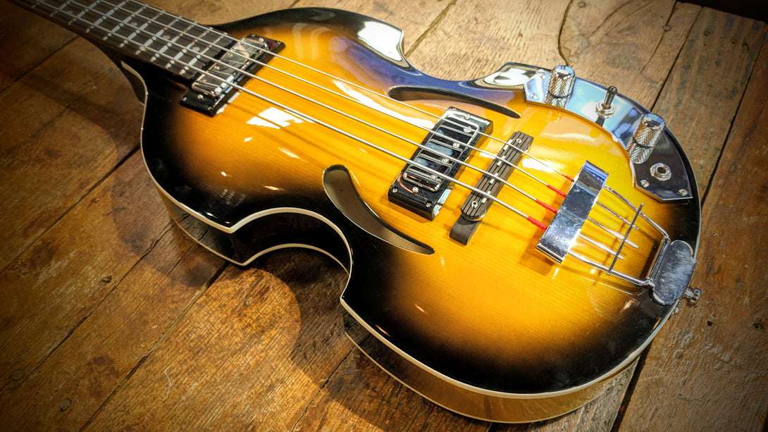 Eastwood Guitars Eastwood Klira Beatle Bass Sunburst Closeup