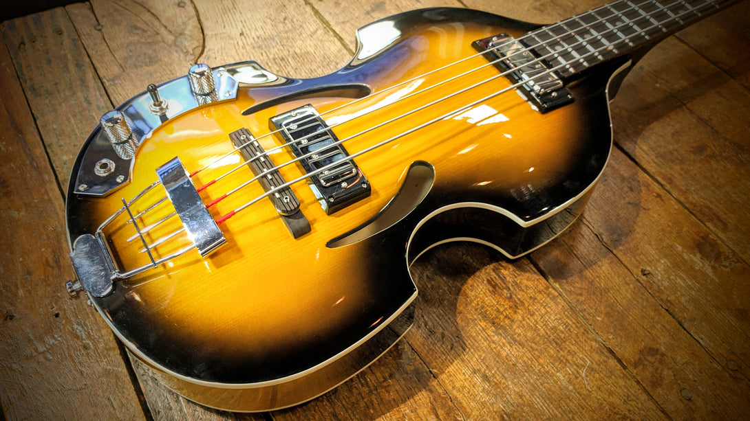 Eastwood Guitars Eastwood Klira Beatle Bass LH Sunburst Closeup