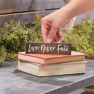 Love Never Fails Little Sign - HYGGE