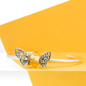 Trollbeads Armspange Silber mit Tanzender Schmetterling Spacer und Gelbes Prisma Glasbead | Silver Bangle with Dancing Butterfly Spacers and Yellow Prism Glass Bead