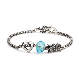Trollbeads Armband Silber mit Glasbead Hell Türkises Prisma Holly Beeren und Tiefe Liebe Silber Bead mit Verschluss mit Schleife | Bracelet Silver with Glass Bead Light Turquoise Prism and Silver Beads Holly Berry and Inside Love with Bow Lock