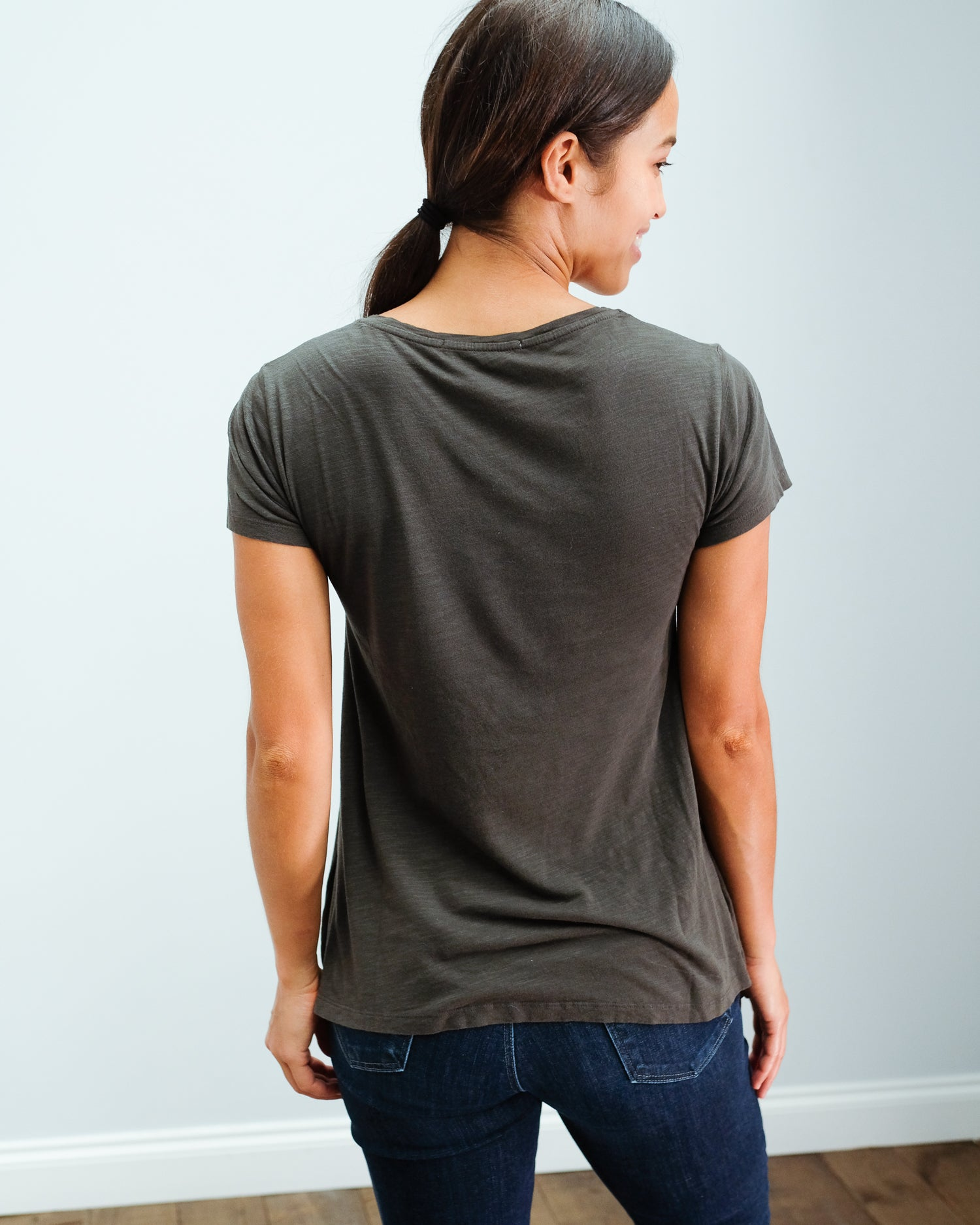 AV JAC51 SS V neck tee in carbon