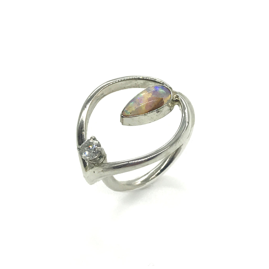 Loeil Ring with Gem and Tear Opal