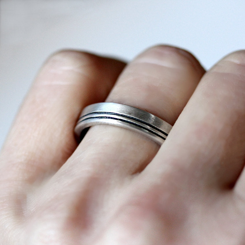 mens-silver-wedding-band