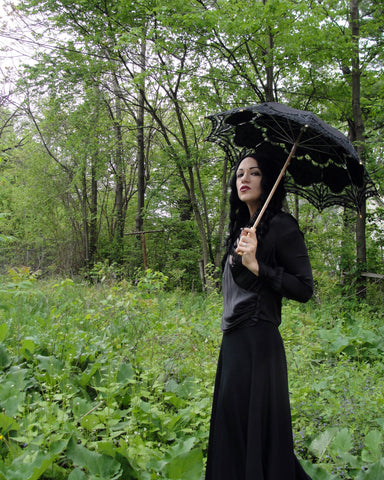model with black lace parasol type B