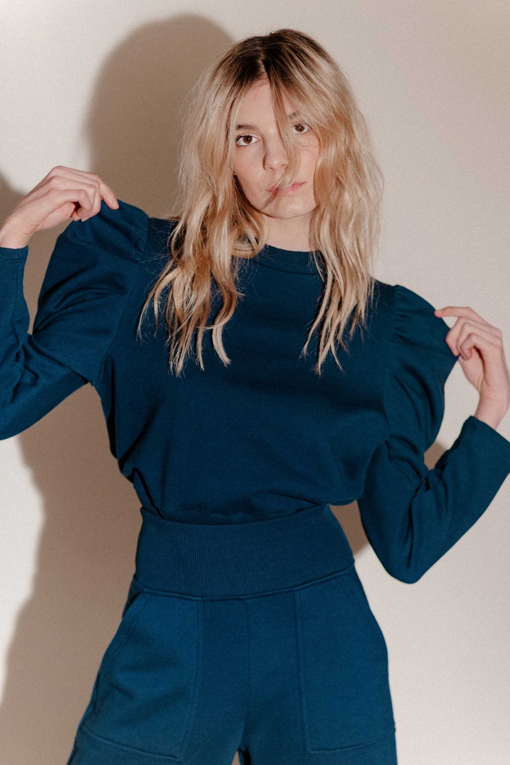 THE JUST ENOUGH PUFF SWEATSHIRT in NAVY