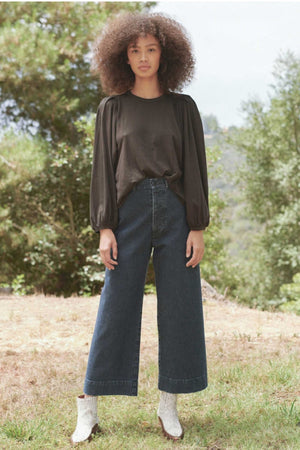 THE CROPPED PLEAT SLEEVE TEE - ALMOST BLACK