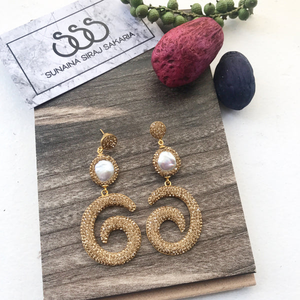 PEARL SWIRL EARRINGS IN GOLD