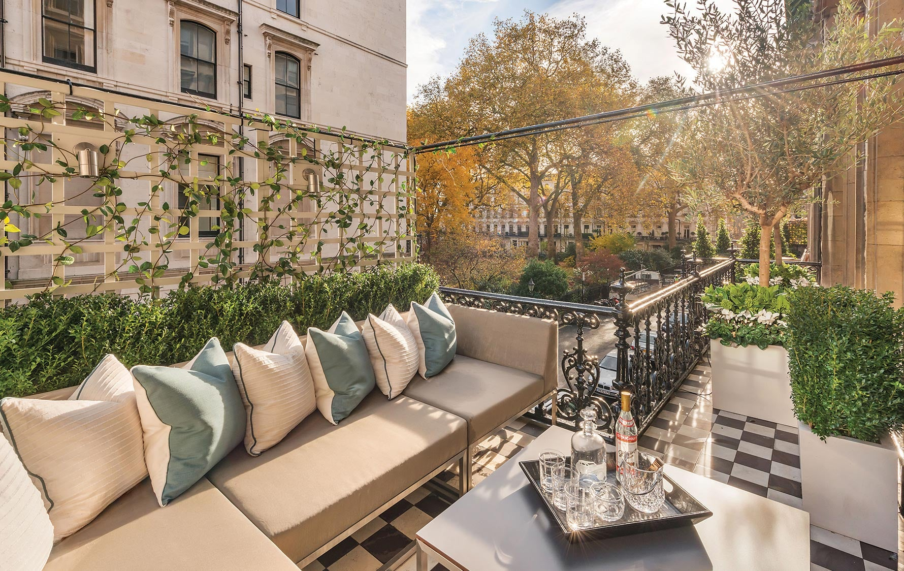 London Terrace, Outdoor Space Ideas |Katharine Pooley | Read more in The Luxurist | LuxDeco.com