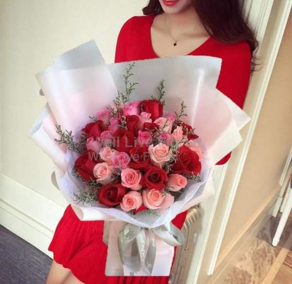 Online florist in Singapore delivering the bloom with love