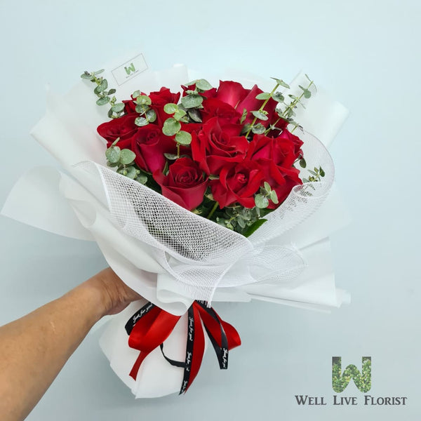Hand Bouquet Of 18 Red Color Roses